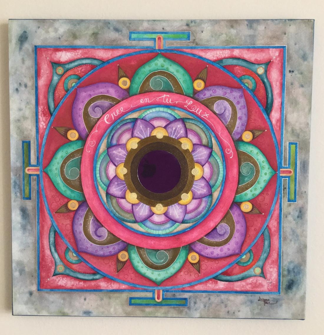 Quadro 'Mandala Cree en tu Luz' Dipinto su tela con acquerelli artigianali e metallizzati dall'artista Luciana Torre. Al centro è applicato uno specchio da 7,5 cm di diametro. Opera unica. Misure 50 x 50 cm. 130 EURO. Sono ogni volta un'opportunità per rispecchiare la tua luce ed invitarti a farla brillare ogni giorno di più, attingendo al tuo potere personale. Attraverso lo specchio centrale rifletto l'evoluzione di tutte le tue immagini, portandoti sempre al momento presente. Sono Luciana Torre, come artista e arteterapista mi dedico a creare mandala personali, mandala intuitivi e mandala di famiglia. Su lucianatorre.com trovi tante idee regalo e ispirazioni per creare il tuo mandala personale.
