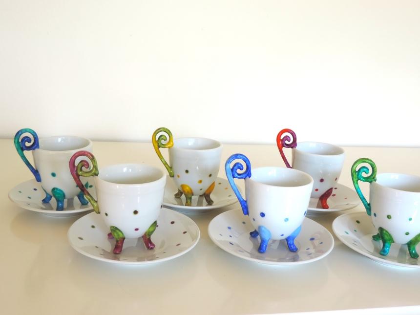 Tacitas de cafe con platito multicolores en ceramica pintada a mano. Juego de cafe para seis pintado a mano. Pinturas atóxicas lavables en lavavajillas.