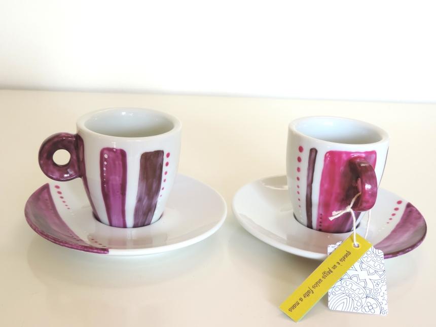 Tazas de cafe con plato color púrpura en ceramica pintada a mano. Juego de cafe para dos pintado a mano con pinturas atóxicas lavables en lavavajillas. Regalo para San Valentin.