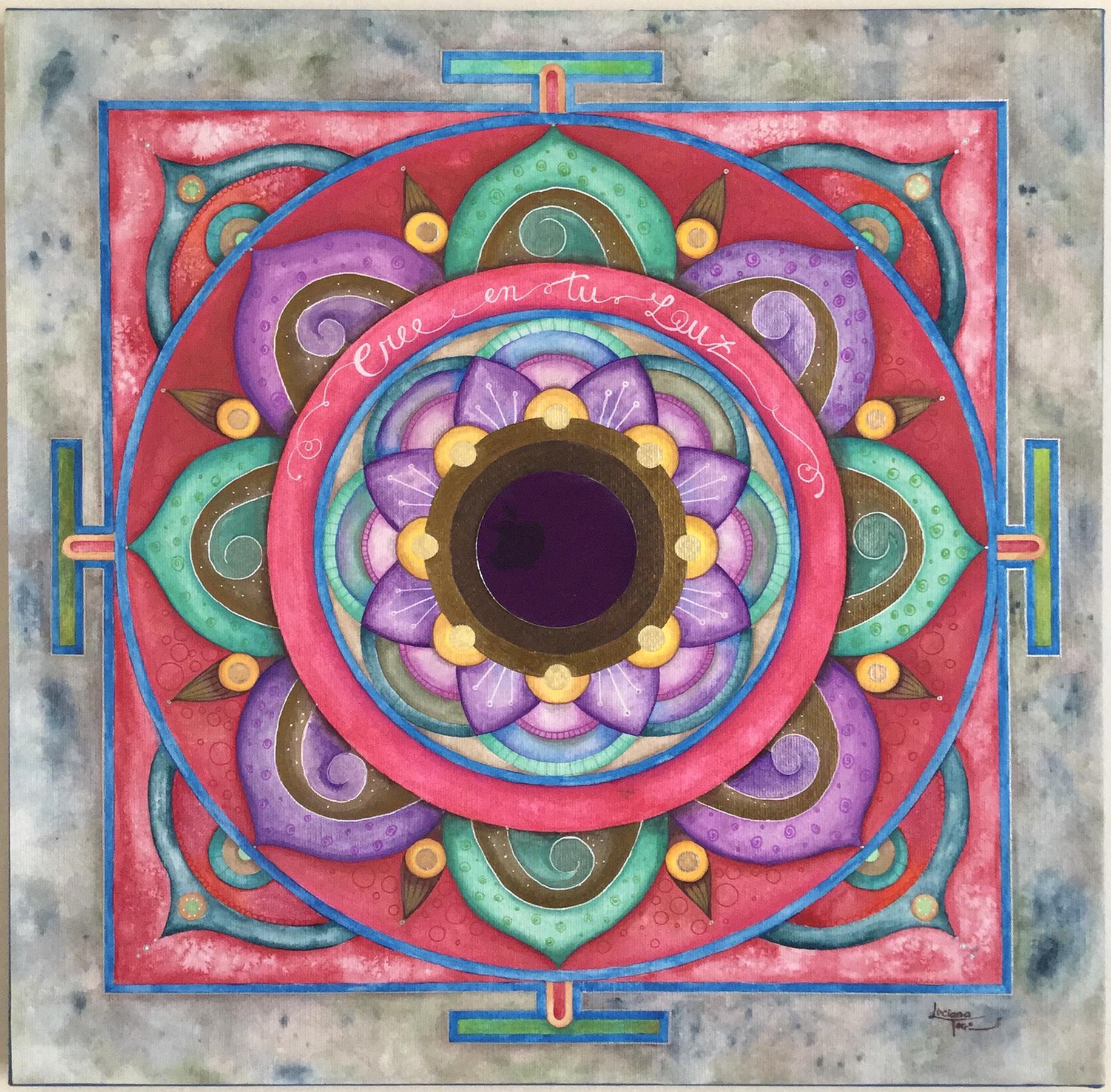 Quadro 'Mandala Cree en tu Luz' Dipinto su tela con acquerelli artigianali e metallizzati dall'artista Luciana Torre. Al centro è applicato uno specchio da 7,5 cm di diametro. Opera unica. Misure 50 x 50 cm. 130 EURO. Sono ogni volta un'opportunità per rispecchiare la tua luce ed invitarti a farla brillare ogni giorno di più, attingendo al tuo potere personale. Attraverso lo specchio centrale rifletto l'evoluzione di tutte le tue immagini, portandoti sempre al momento presente. #mandala #mandalapersonalizado #mandalapersonal #mandalacreativo #mandalapainting #mandalaart