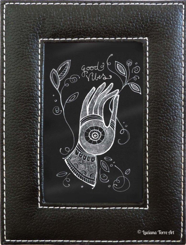 Opera unica dipinta a mano con acquerelli metallizzati. Cornice imbottita in simil pelle e pellicola protettiva. Piccolo quadro d'appoggio tipo porta-foto. Misure: 16 x 21 cm. ✤ 16 € ✤ #lucianatorre #illustratorsforhire #homedecorhandmade #handmadehomedecor #bohohomedecor #hamsadecor #manodefatimaart #watercolourart #lettering